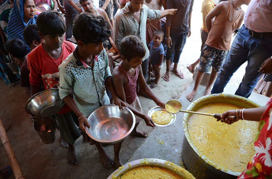 Indian Villagers Queue For Food At The Flood-Hit Dagrua Village In Bihar State