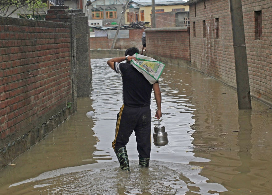 Kashmiri Muslim Man Carry Edible Stuff To His Family In Flooded Area In Srinagar Indian Controlled Kashmir