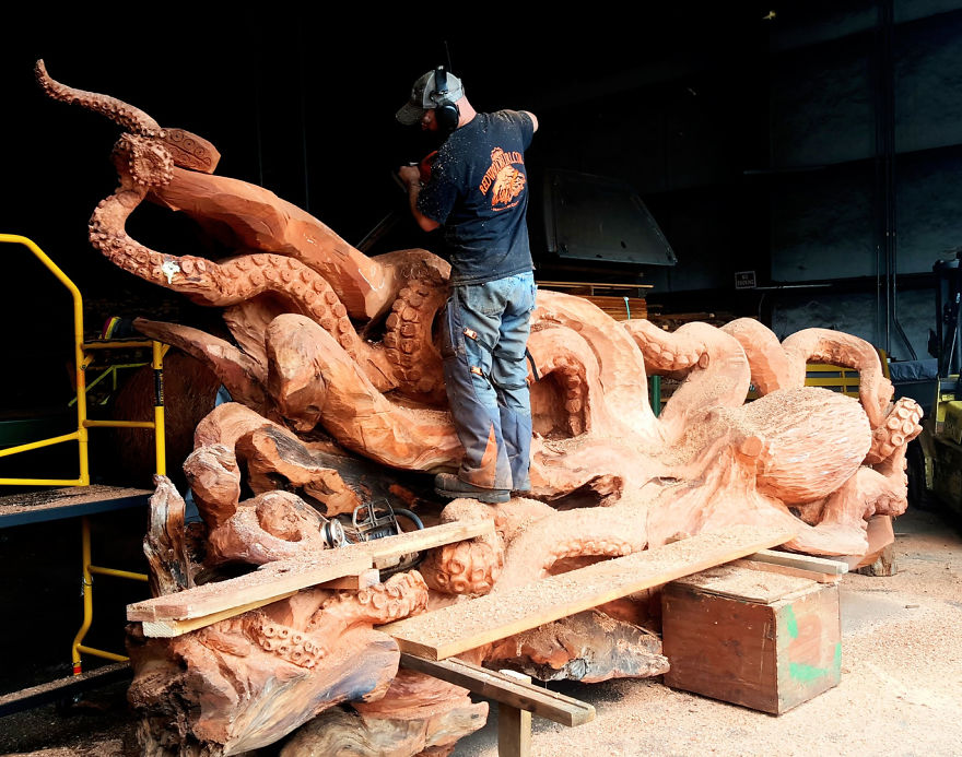 Chainsaw Artist Carves Fallen Redwood Tree Into Giant Sea Creature - Artist spends year woods creating beautiful sculptures