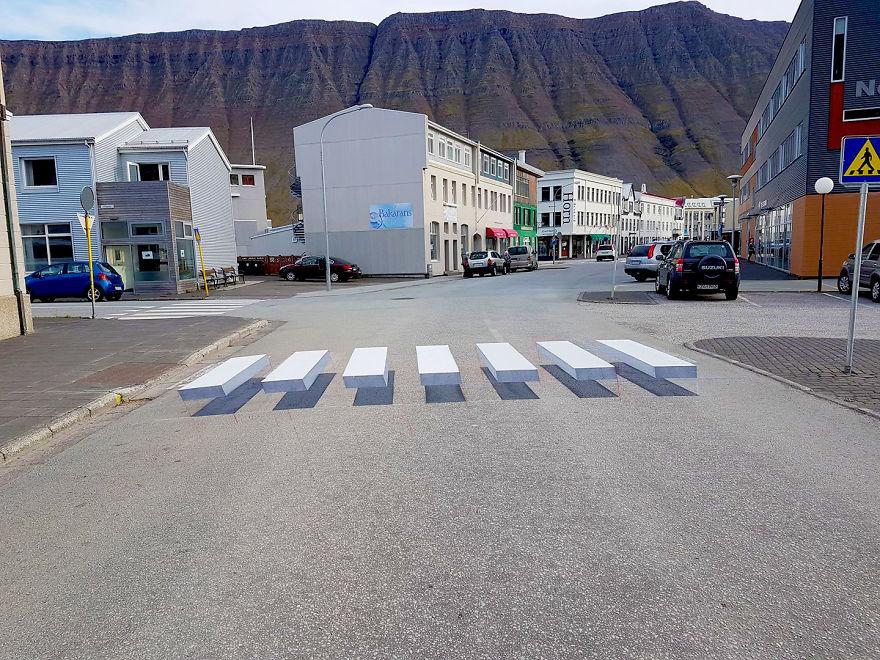 Город в Исландии, где есть 3D зебра на дороге