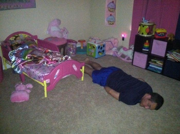 Mi marido llevando a la cama a nuestra hija de 1 año