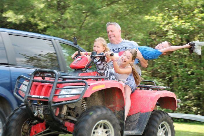 Mi tío sin hijos cuidando a los niños el fin de semana