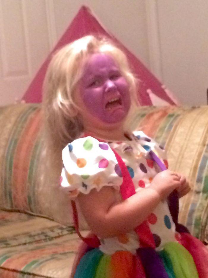 A mi hija no le gustó como la maquillé de payasa