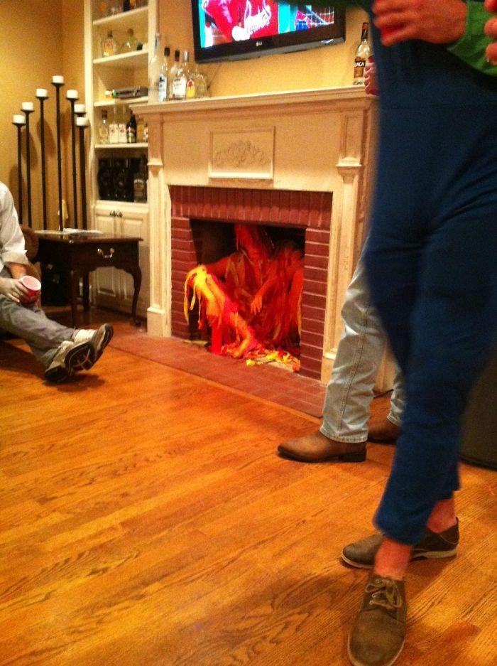 Se disfrazó de fuego, así que tenía que sentarse en la chimenea