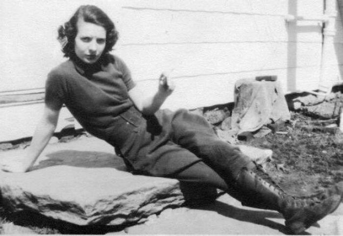 Mi Abuela Fumando Su Cigarrillo En La Granja, Con Pantalones Y Haciendo Lo Que Quería, 1938