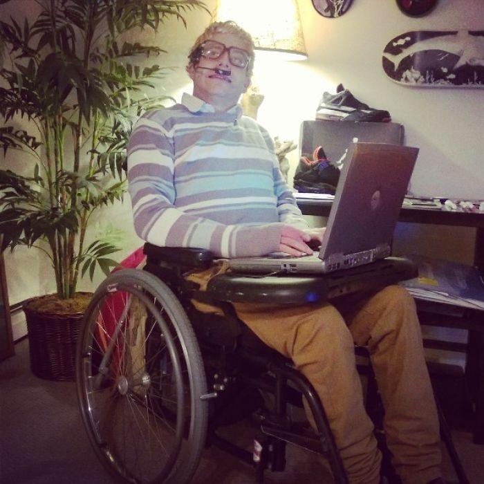 Llevo 3 años en una silla de ruedas y por fin me pude disfrazar de Stephen Hawking