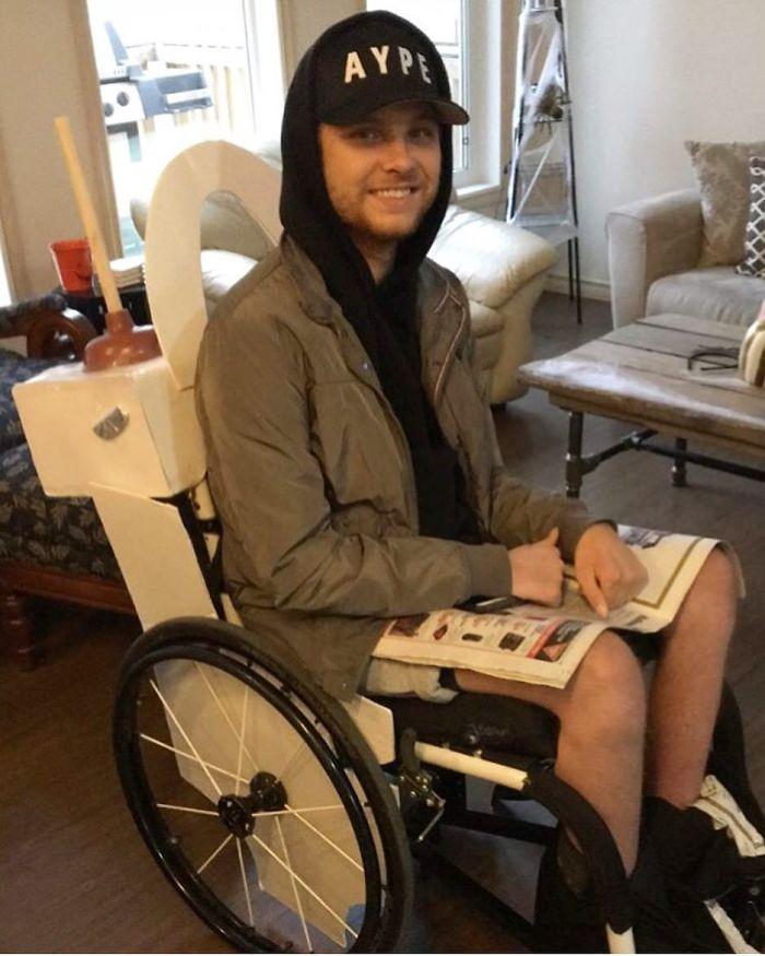 Disfraz excepcional con una silla de ruedas