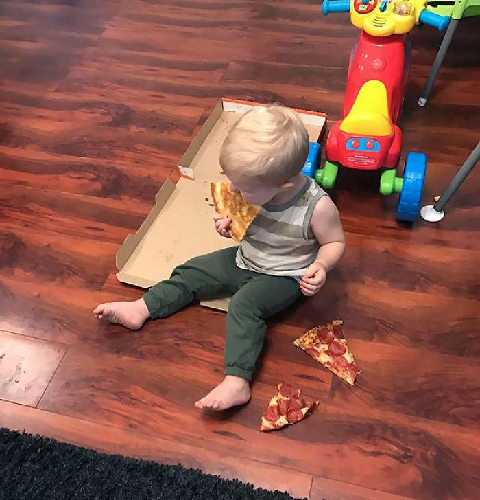 Cuando los padres notan demasiado tarde que el niño ha robado la caja de la pizza y se la está comiendo en el suelo