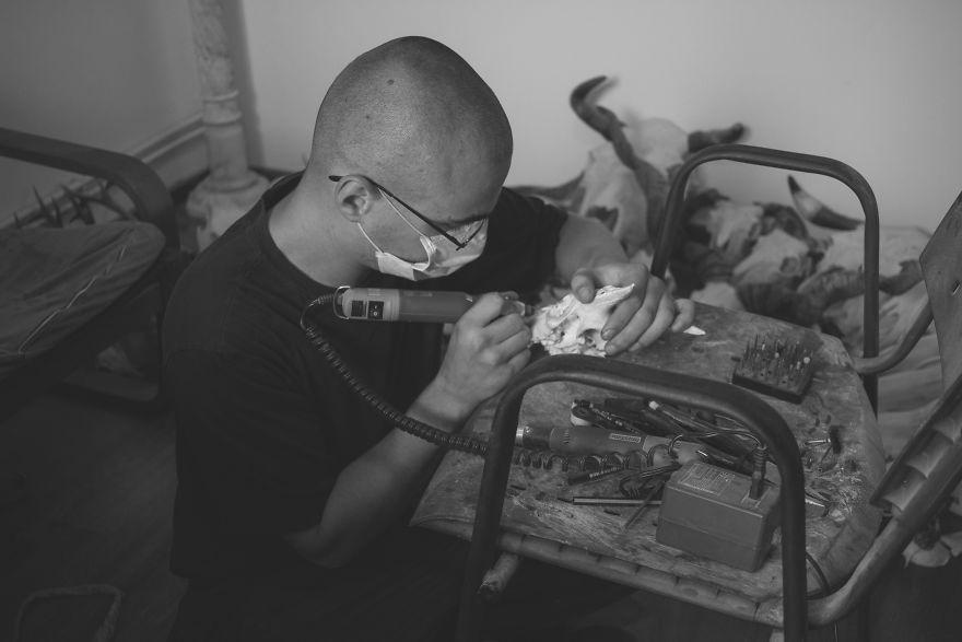 После ареста, этот человек начал вырезать на черепах животных