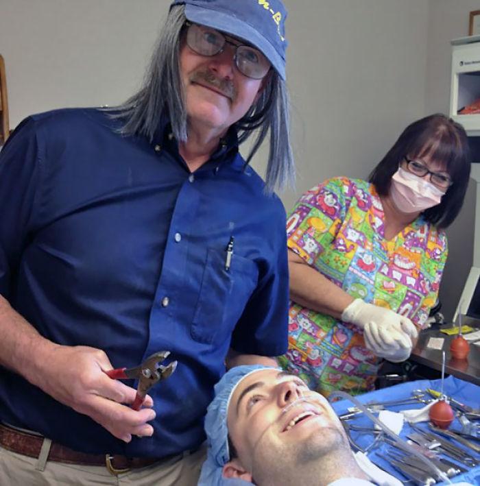 Fue al dentista para que le quitaran una muela de juicio, y el dentista le dijo que harían una foto graciosa mientras estaba anestesiado