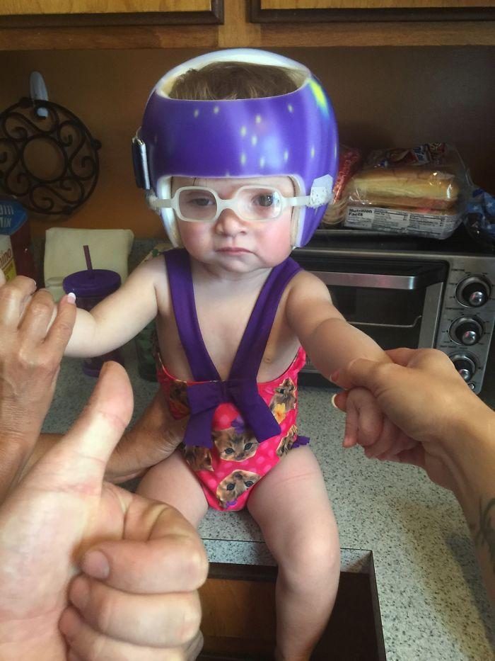 Papá la vistió para ir a la piscina