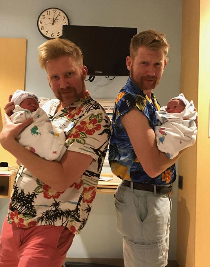 Estos hermanos se convirtieron en tíos de gemelos así que se afeitaron y arreglaron para conocerlos