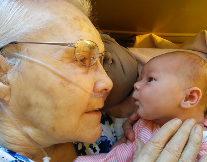 50+ Photos Of Grandparents Meeting Their Grandchildren That Will Make You Weak In The Knees