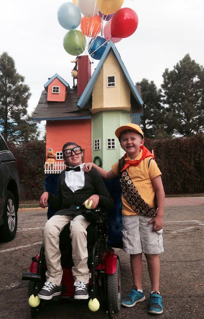 Usamos la silla de ruedas de mi hija como parte del disfraz. Este año son Mr. Fredrickson y Russell