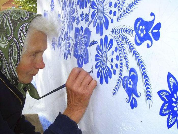 ===Historias que me gustan de...=== - Página 2 House-painting-90-year-old-grandma-agnes-kasparkova-12-59d334e47a584__700