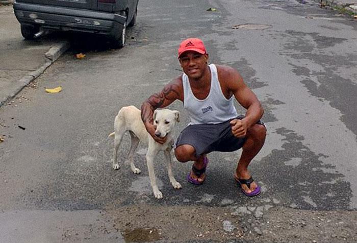 La reacción de este hombre cuando un perro callejero se meó sobre él enfurece a internet, pero todo cambió de forma inesperada