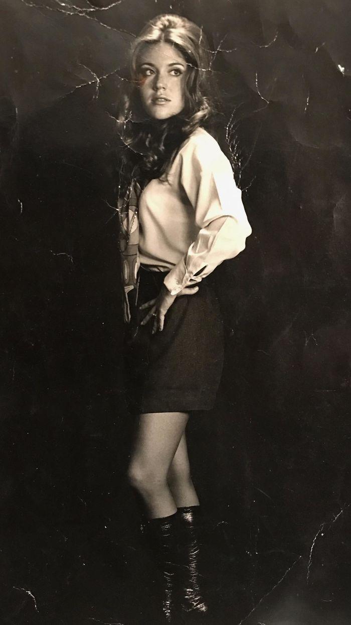 Mi Abuela Haciendo De Modelo Con Su Uniforme De Azafata - 1972