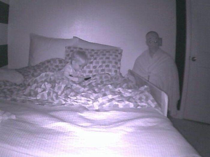 Mi esposa trabaja esta noche, así que me disfracé y preparé el sensor de movimiento de la cámara del niño. Se lo mandó automáticamente a mi esposa y casi me deja sordo del grito