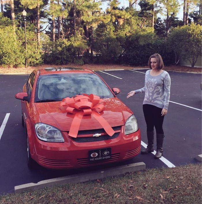 No le podía comprar un coche nuevo a mi esposa por navidad, así que compré un lazo gigante y lo puse en su coche