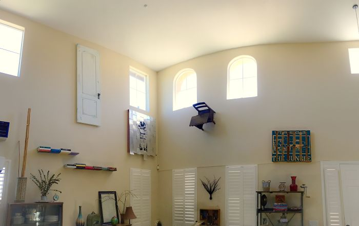 """Todo lo que está en el garaje que mi esposa dice que no se puede tirar, lo he colgado como si fuera """"arte"""" en una habitación poco usada"""