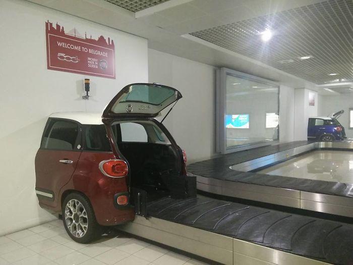 El equipaje sale del maletero de este coche