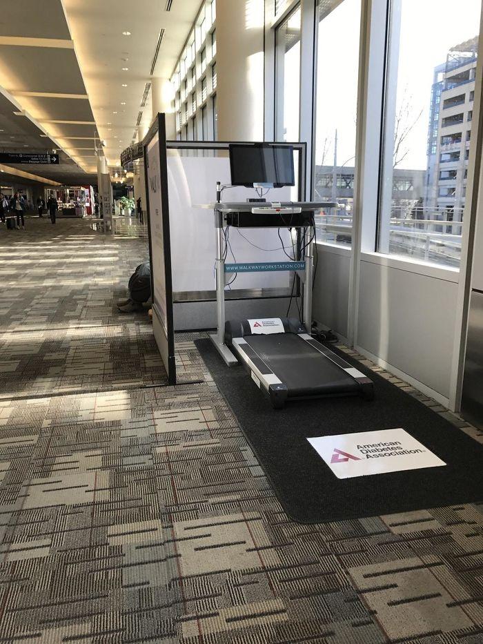 En este aeropuerto puedes cargar tus aparatos caminando en la cinta