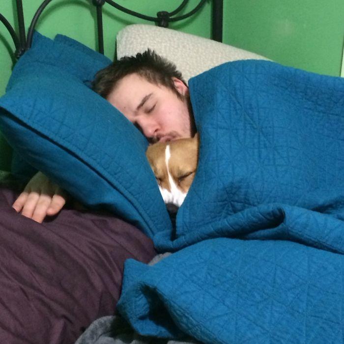 Mi marido con el perro en la cama
