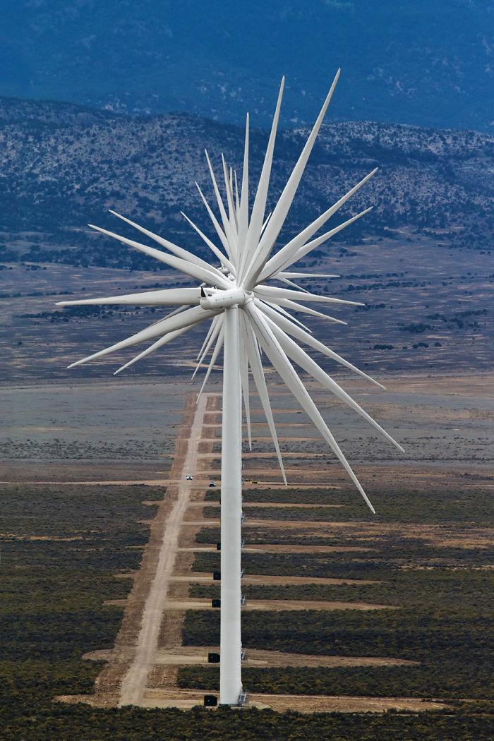 14 turbinas de viento alineadas