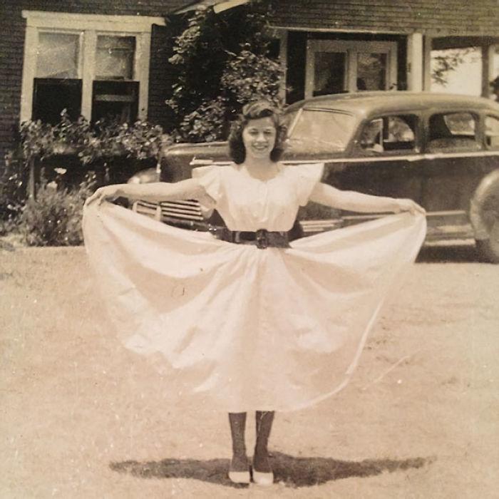 Mi Foto Favorita De Mi Abuela, 1942. Es Una Mujer Fuerte, Crió A Seis Niños Ella Sola Después De Dejar A Un Marido Alcohólico. Trabajaba 7 Días A La Semana Como Cocinera En Una Gasolinera De 3 Am - 5 Pm. Yo Me Quedaba Cada Fin De Semana Con Ella Y Dormía En El Suelo De La Gasolinera. Es Increíble