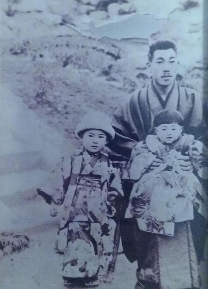 Mi Tatarabuelo, Samurai De Un Pequeño Pueblo Minero En Kyushu, Posando Con Mi Abuela Y Una De Sus Hermanas ~1900