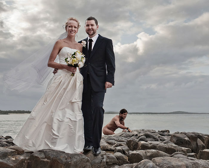 30+ Times Wedding Photos Were Photobombed So Well It Made Newlyweds Die Of Laughter When They Saw The Photos