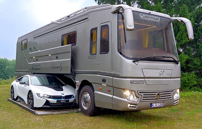 Puede parecer un autocar normal por fuera, pero en realidad es una casa motorizada de 1,7$ millones con su propio garaje