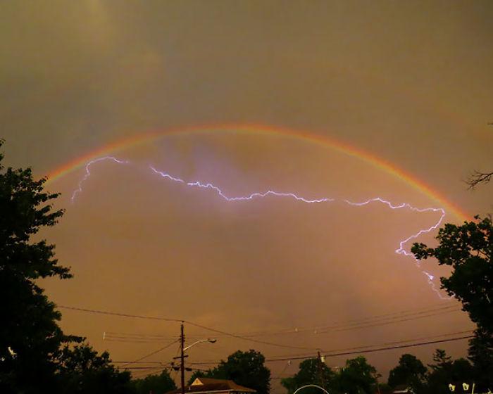 Rayo rebotando en un arco iris doble