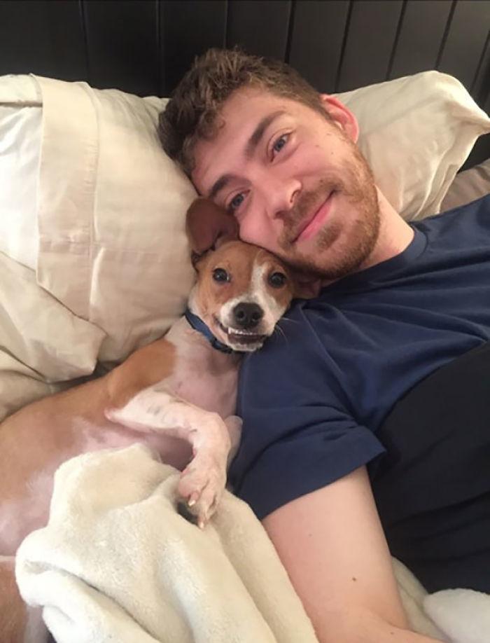 Versuch mit meinem Freund zu kuscheln, Hund quetscht sich in die Mitte, bis ich ihm Platz mache. Nimmt dann sofort meinen Platz an und guckt mich so an