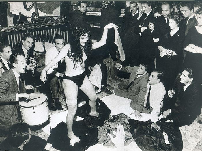 Aiché Nanà's Striptease At Rugantino's Restaurant, Rome 1958. Aiché Nanà And Tazio Secchiaroli, Whom Took The Picture, Were Both Fellini's Inspirations For The Film