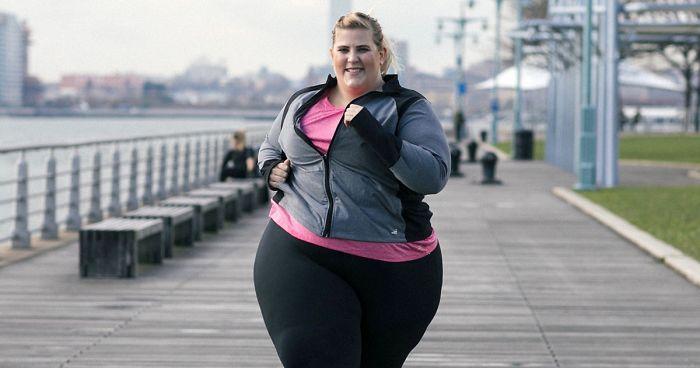 Esta modelo de talla grande fue avergonzada por su peso tras sus fotos en ropa deportiva, y la marca la defendió