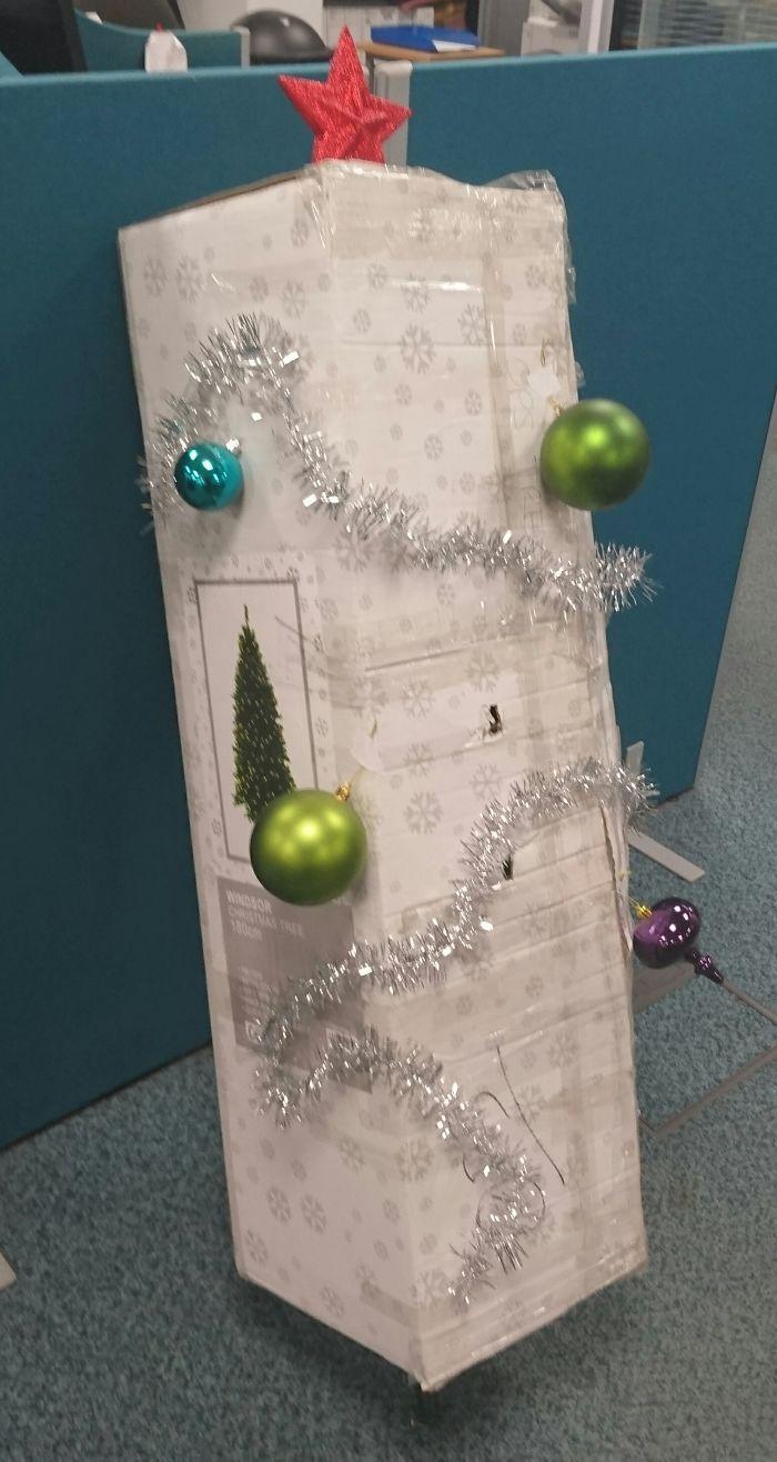 Nadie En El Trabajo Se Ha Responsabilizado De Decorar El Árbol De Navidad, Lleva En Su Caja Esperando Una Semana. Hoy, Yo Asumí El Reto