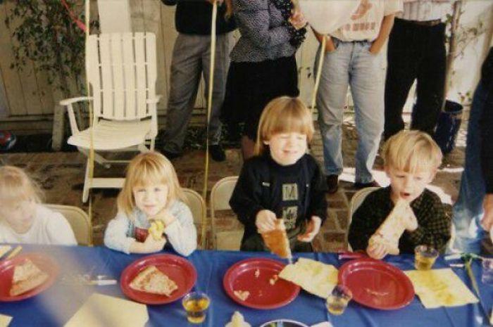Mi hermano gemelo y yo comiendo pizza en 1991 junto a otras gemelas famosas: las Olsen