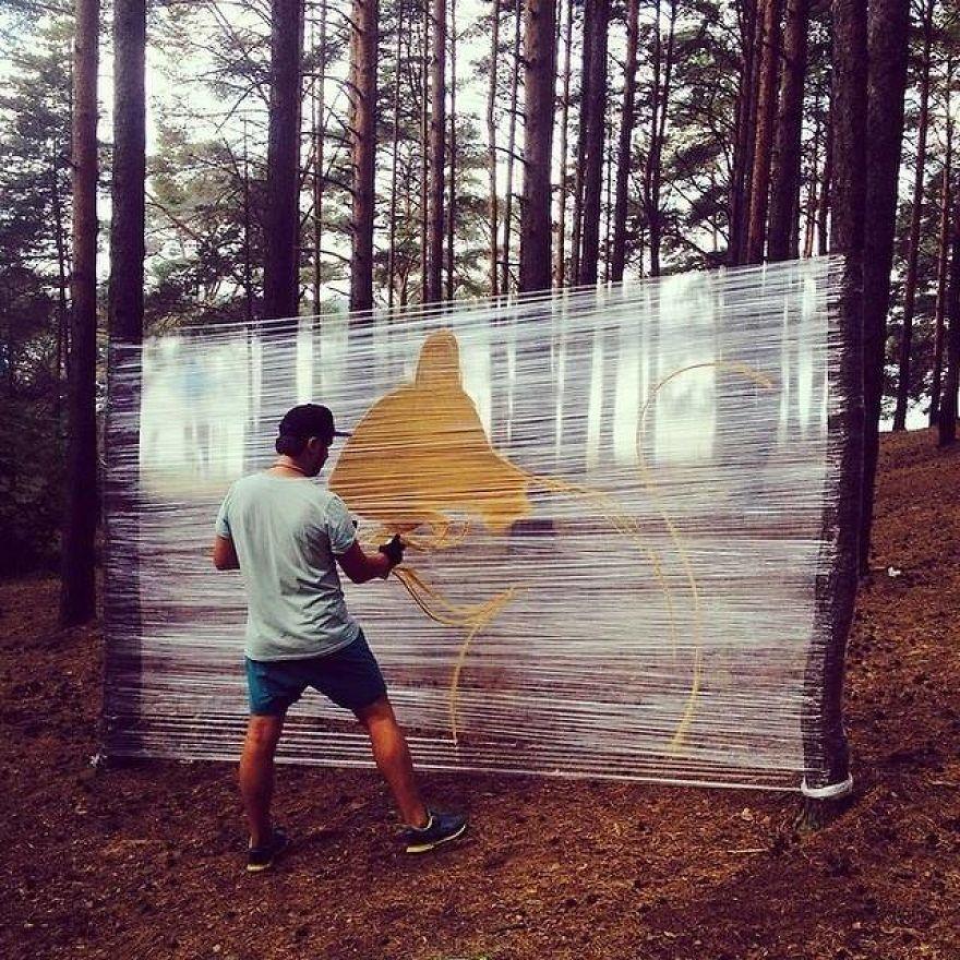 Evgeny Ches maakt kunst op plasticfolie midden in het bos