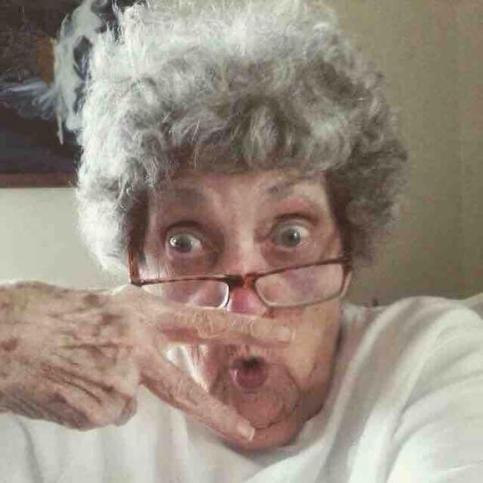 Mi abuela de 83 años se ha hecho Facebook. Esta es su foto de perfil