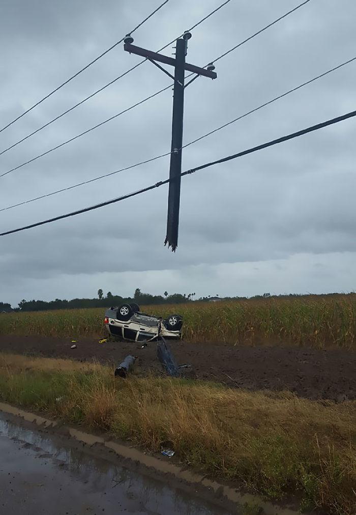 Me llamó un amigo para decirme que se había cargado un poste de teléfono con su jeep. No le creí, hasta que me mandó esta foto