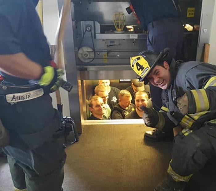 Bomberos de Kansas salvando a la policía de Kansas atrapada en un ascensor