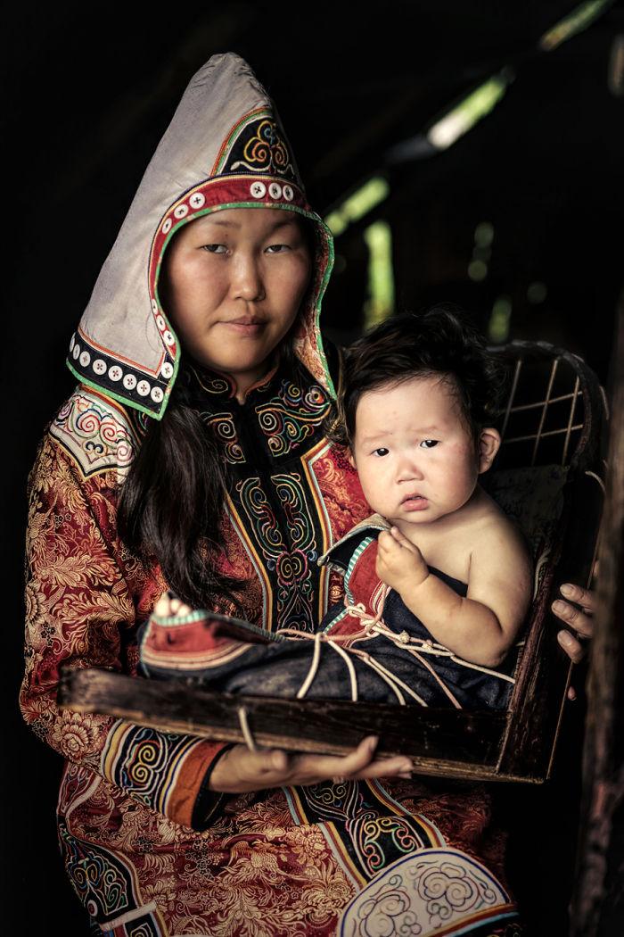 Mujer Udege Con Su Hijo