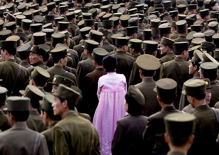 Mujer entre soldados. No se permiten fotos del ejército