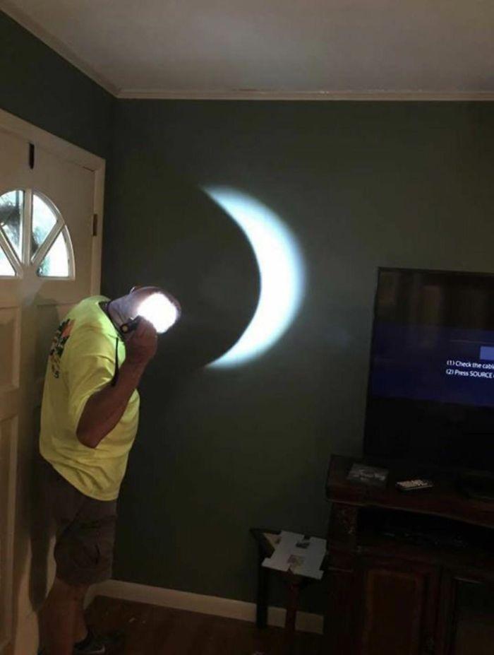 Hubo una tormenta durante el eclipse, así que decidió improvisar