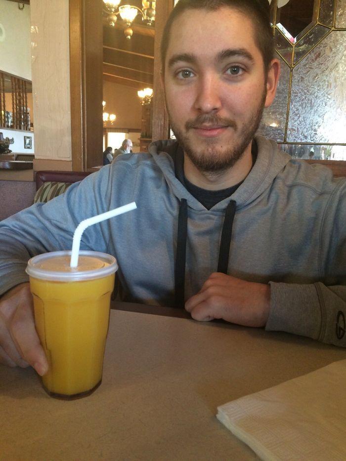 Mi novio tiró su zumo sin querer y la camarera le trajo esto