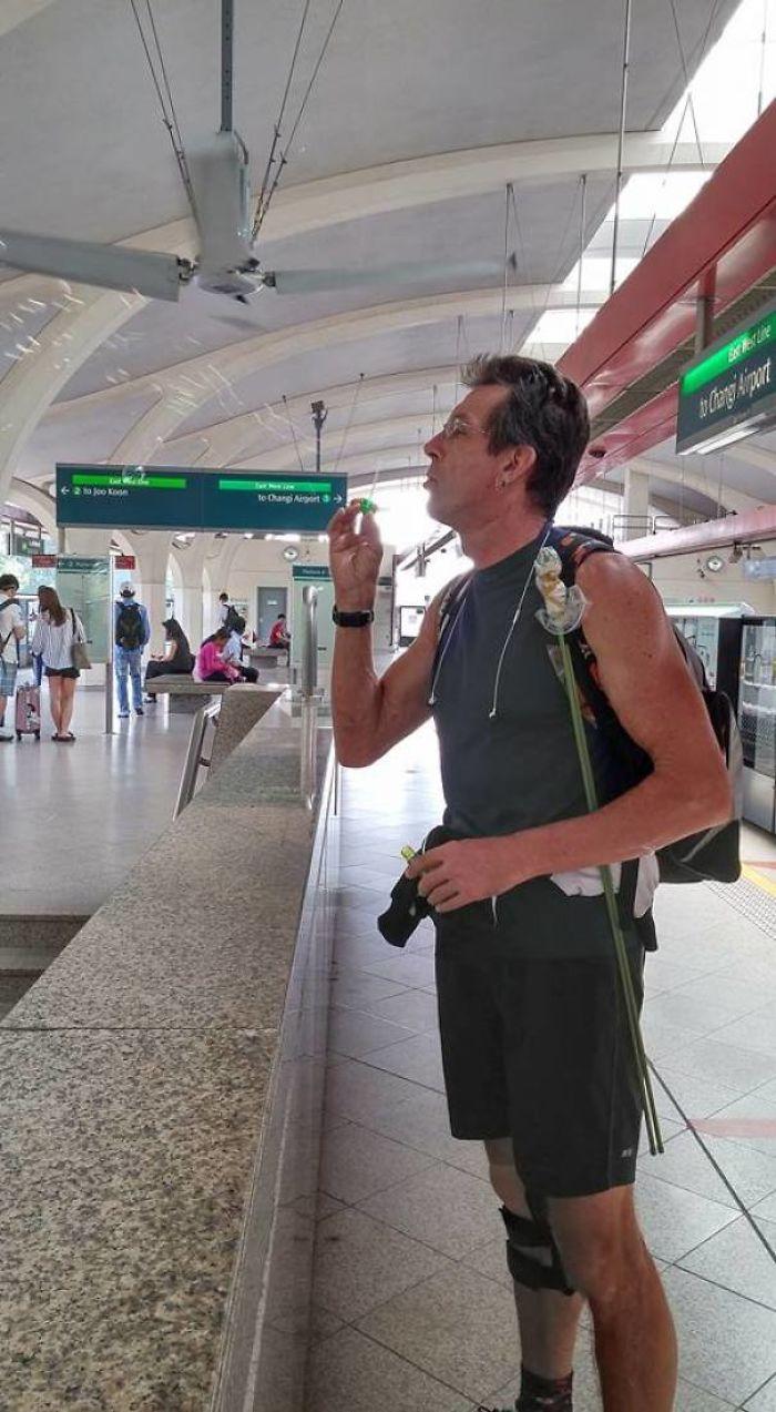 Vi a este hombre haciendo burbujas disimuladamente en la estación de tren