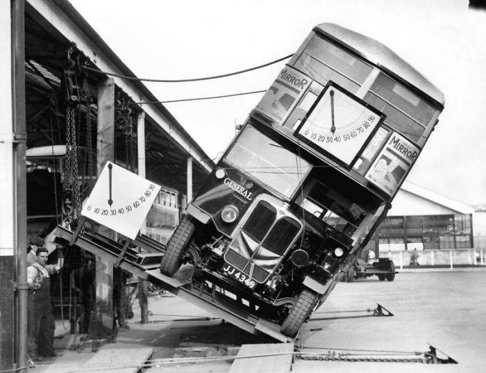 Demostrando a la gente que los autobuses de 2 pisos de Londres no vuelcan fácilmente, en 1933