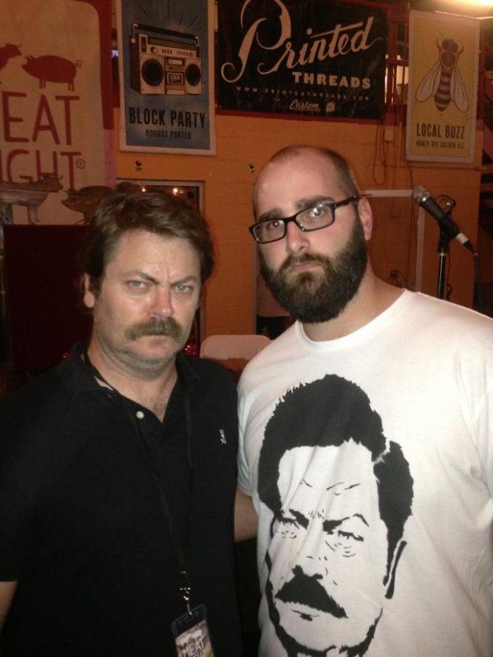 Mi amigo llevaba una camiseta de Ron Swanson cuando nos encontramos a Ron Swanson
