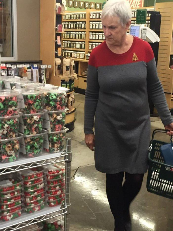 Cuando tu vestido navideño parece un uniforme de la flota estelar